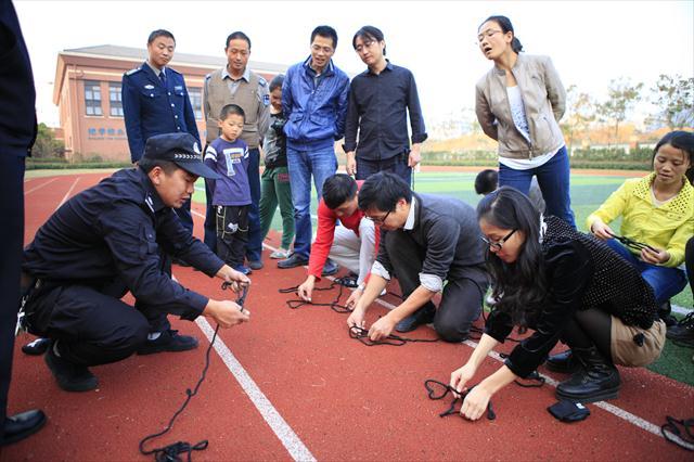 警绳_志愿者学习警绳的使用方法