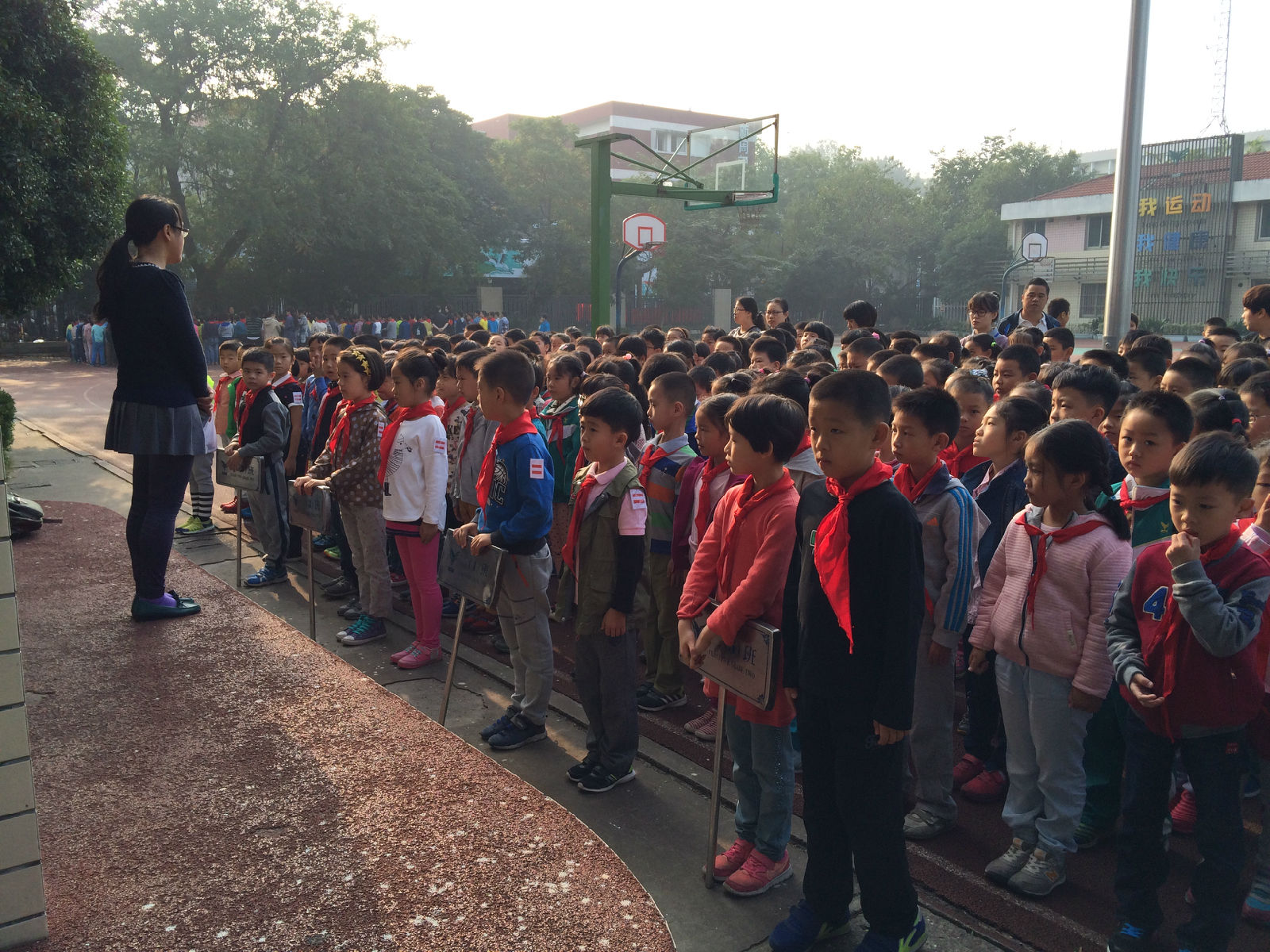 徐老师表示希望越来越多的孩子能够主动问好