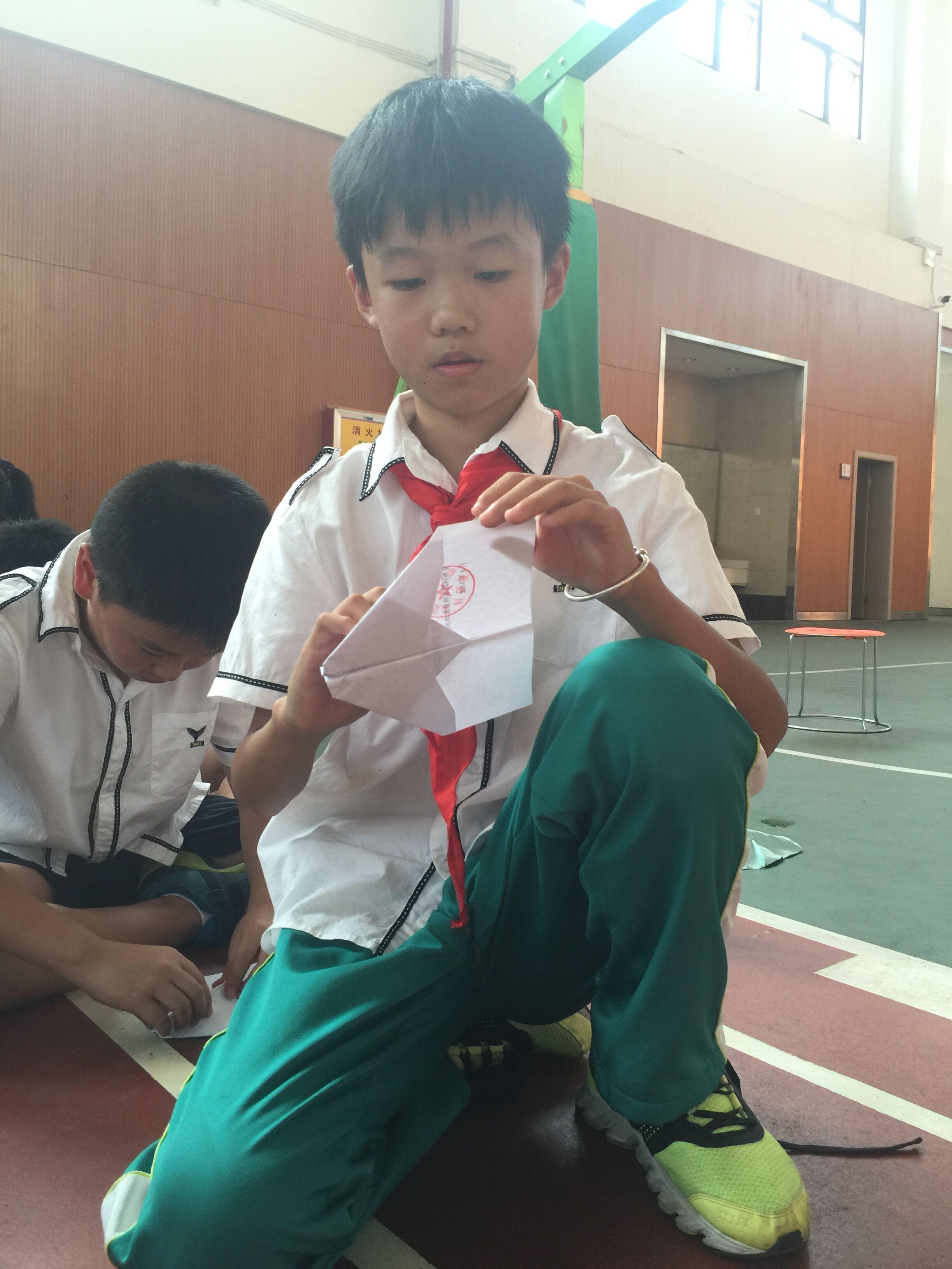 在得知我们五年级将进行纸飞机留空计时赛起,我便开始努力钻研纸飞